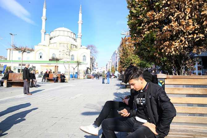 İBB WiFi ile vatandaşlar ücretsiz internet keyfini Esenler'de de yaşıyorlar.